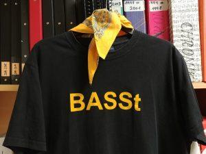 Abbild des Bass T-Shirts mit Aufdruck und Tuch, Farbe Gelb